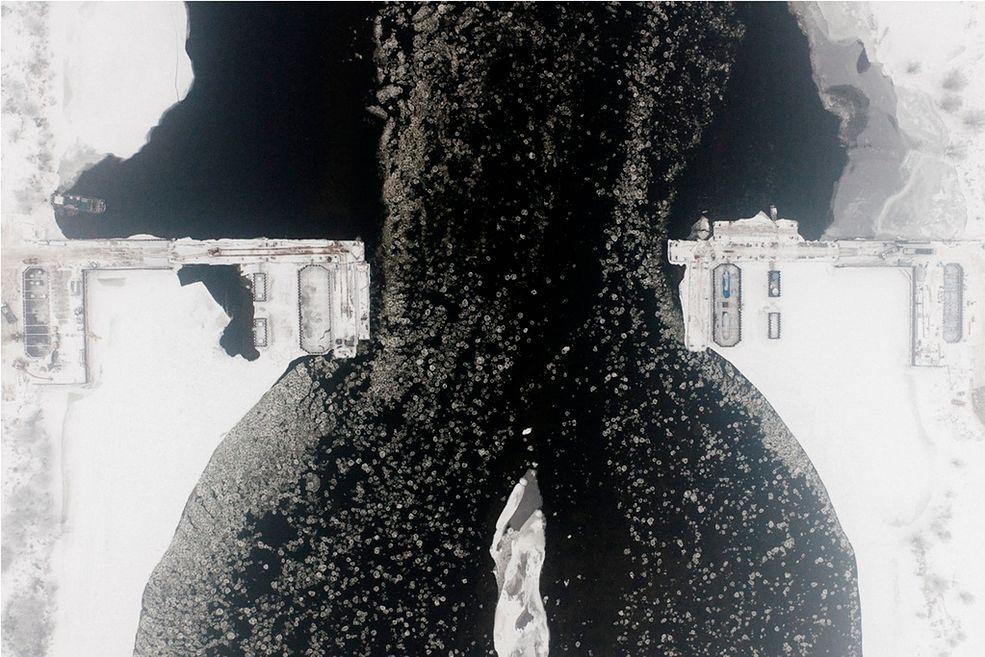 """Fot. Kacper Kowalski  """"Sroga zima"""" to tytuł wystawy fotografii Kacpra Kowalskiego.  Wernisaż wystawy odbędzie się w czwartek 15. września o godzinie  19:00 w Galerii Pauza przy ul Floriańskiej 18/5 (II piętro) w Krakowie. / Fot. Kacper Kowalski"""