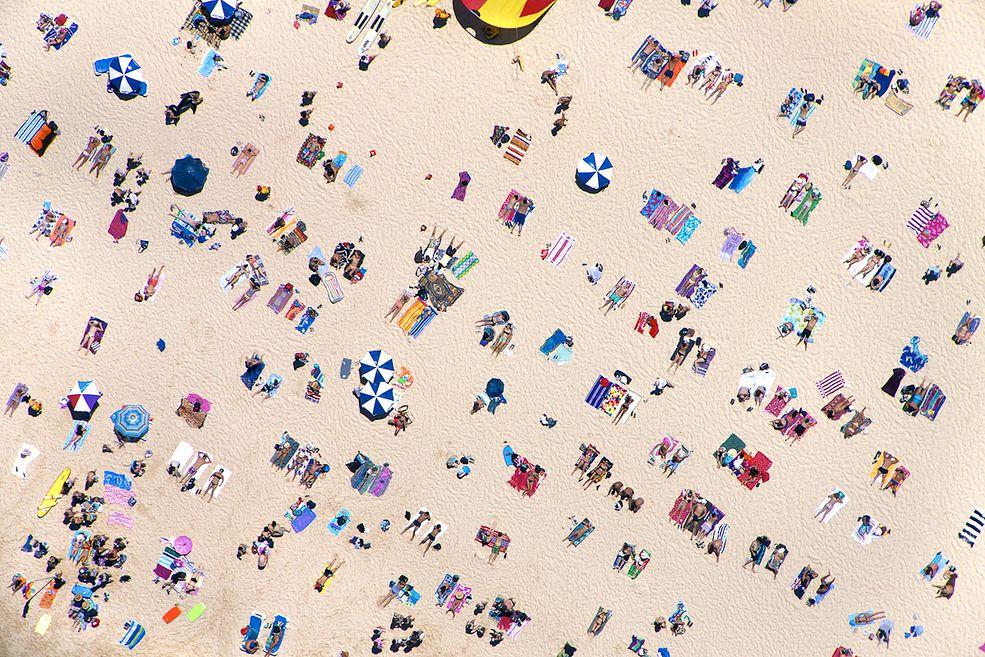 1 Fotograf Gray Malin podróżuje po świecie i uwiecznia na swoich zdjęciach najpiękniejsze, najbardziej luksusowe plaże. Nie są to jednak typowe fotografie - wszystkie powstają z powietrza. Albo jak kto woli - z perspektywy Supermana ;) © Gray Malin