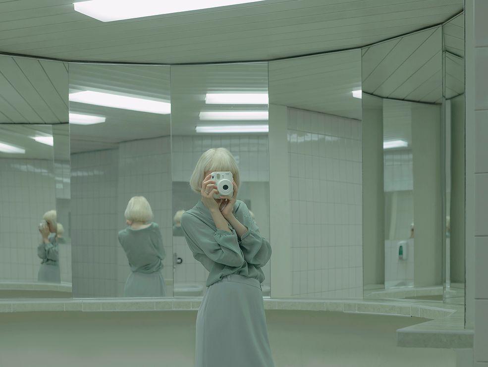 """Tytuł """"Artificial Tears"""" odnosi się do Wiedeńskiego Biennale, o tej samej nazwie. Wystawa, którą zorganizowała Evelyn dotyka tematu sztucznej inteligencji, niezależności, moralności oraz organiki w kwestii ludzi i robotów. Zauważa ona, że reakcje na wszelkie przejawy wysokiej technologii często opowiadają się po dwóch skrajnych stronach – miłości oraz nienawiści."""