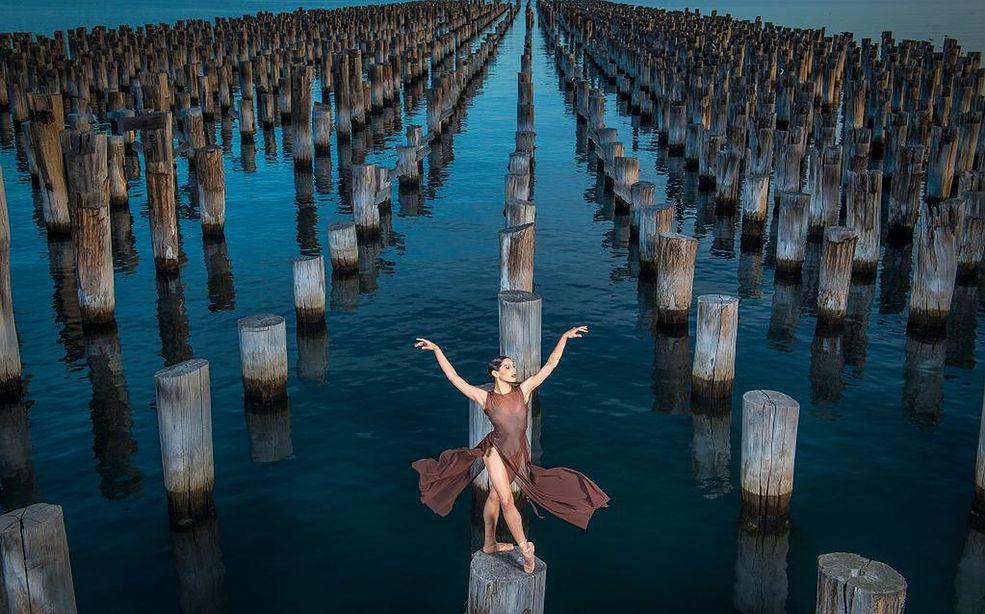 Prestiżowa nagroda Walkley Awards, jest australijskim wyróżnieniem w kategorii dziennikarstwa, którego korzenie sięgają lat 50 XX wieku. Konkurs obejmuje ponad 30 kategorii i uznawany jest za australijski odpowiednik Pulitzera. Około roku 2000, Walkley Awards zostało połączone z fotograficznym konkursem Nikon Press Photographer of the Year Awards, który odbywał się od 1969 r. Tak powstało fotograficzne wyróżnienie nagradzane równocześnie z Walkley Awards i przyjęło nazwę Nikon-Walkley Awards.