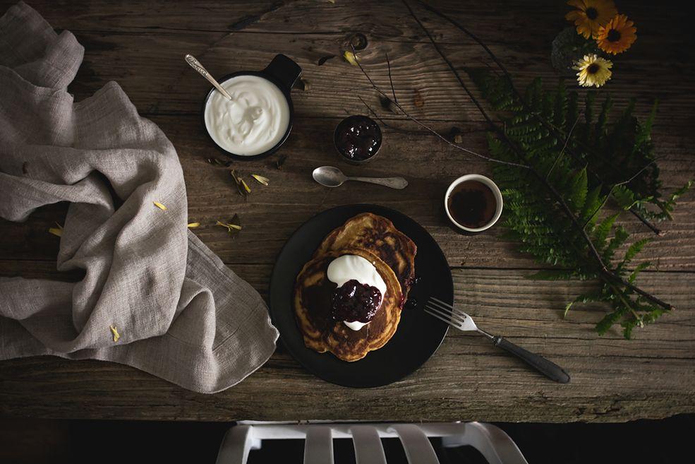 Marcin Watemborski: Co robiłaś, zanim zajęłaś się fotografią kulinarną?  Żaneta Hajnowska: Na każdym etapie mojego życia lubiłam coś tworzyć, wyżywać się artystycznie. Kiedyś bardzo dużo rysowałam, malowałam, szkicowałam. Później bawiłam się typesettingiem i tworzeniem efektów graficznych do napisów.   Kilka lat temu zainteresowałam się fotografią kulinarną i wszystkie inne pasje odeszły w zapomnienie. Co więcej - powoli fotografia staje się moim sposobem na życie. Teraz to już nie tylko robienie zdjęć, ale pisanie artykułów tematycznych, prowadzenie grupy wsparcia na Facebooku i prowadzenie warsztatów. Okazuje się, że dzielenie się zdobytą przez lata wiedzą daje mi mnóstwo satysfakcji.