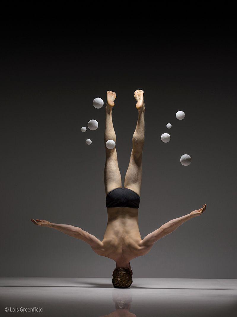 - Jestem na misji, którą jest uchwycenie idealnej chwili, w której ruch tancerza, jego mimika i gesty zjednują się z narracją tworząc dotykający duszy scenariusz - mówi dla Fotoblogii Lois Greenfield. - Sedno tkwi w tym, by nie dać odbiorcy jasnego odbioru o tym, co się dzieje, lecz ukazać mu tajemnicę tej konkretnej sekundy.