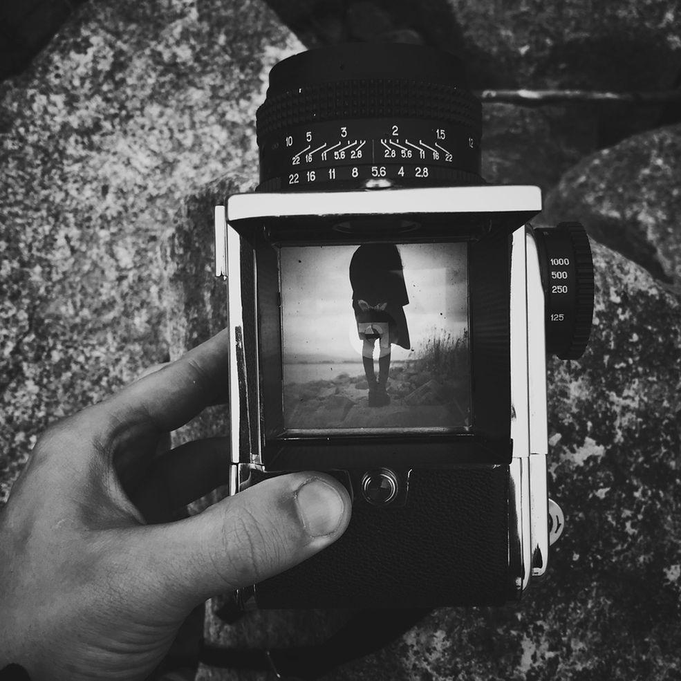 Fotograf oraz modelka po zrealizowaniu kilku wspólnych sesji zdjęciowych stwierdzili, że warto rozszerzyć działalność - zdecydowali się oboje współpracować ze sobą przez okrągły rok. Realizacja projektu jest w toku - artyści planują zakończenie w marcu 2016 roku.  Łukasz w swojej twórczości koncentruje się na tworzeniu sennych obrazów oraz delikatnych portretów. Jego zdjęcia pozostawiają odbiorcy wolność interpretacji, dzięki otwartej formie, o którą walczy artysta. Przez zdjęcia próbuje pokazać siebie, swój spokój.