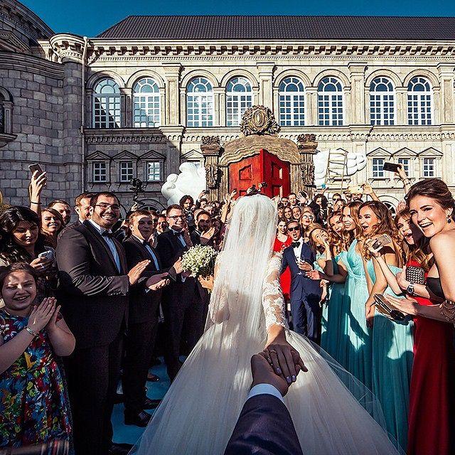 Murad Ossmann to rosyjski fotograf znany z projektu FollowMeTo, który przedstawiał ciekawe miejsca z perspektywy fotografa, którego dziewczyna trzyma za rękę. Projekt odbił się szerokim echem w mediach społecznościowych. Trzeba przy tym przyznać, że był to oryginalny pomysł, bardzo dobrze wykonany.