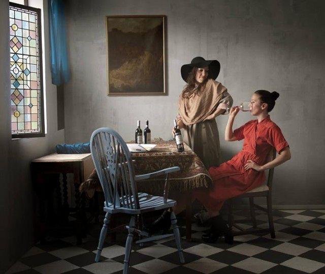"""1 Maisie Maud Broadhead przerobiła na fotografie szereg obrazów dawnych mistrzów. Tu """"Kieliszek wina"""" Johannesa Vermeera (oryginał tutaj)"""