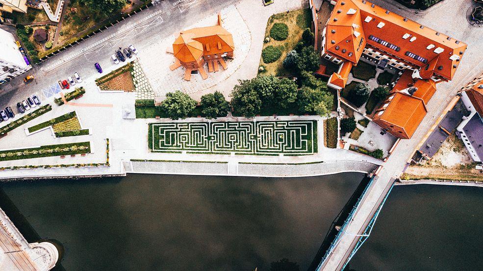 """Dron Tycjana Trzpioły wzbił się wysoko ponad Dolny Śląsk żeby pokazać go takim, jakiego nie widać go na co dzień. Tak powstał projekt """"Wysoki Śląsk"""". Pozwala on spojrzeć na znane nam okolice z nowej perspektywy."""