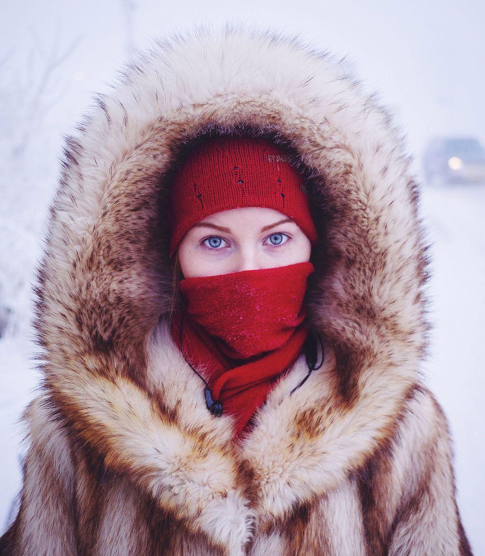 """""""Miałem na sobie cienkie spodnie, kiedy pierwszy raz wyszedłem na zewnętrz do - 47 °C . Pamiętam to uczucie, kiedy zimno jakby fizycznie chwytało mnie za nogi. Drugim zaskoczeniem był fakt, że od czasu do czasu moja ślina zamarzała w kształt igieł, które sterczały z moich ust"""" - powiedział Amos Chapple w rozmowie z serwisem weather.com."""