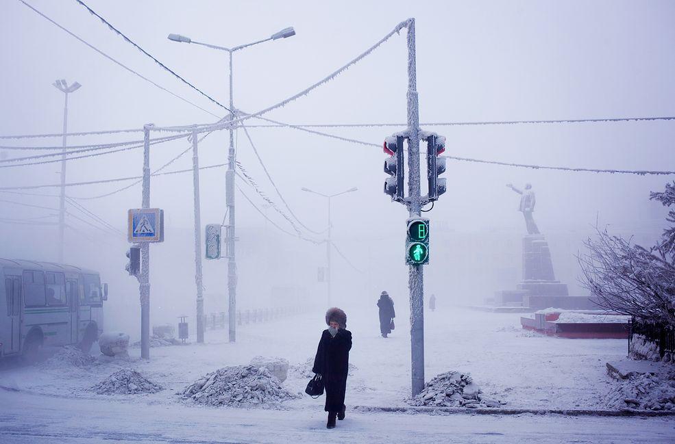 Podróż do wioski z Jakucka trwa dwa dni. Sam Jakuck jest również jednym z zimniejszych miejsc na świecie, osiągając średnie temperatury zimą na poziomie - 34 stopni Celsjusza.