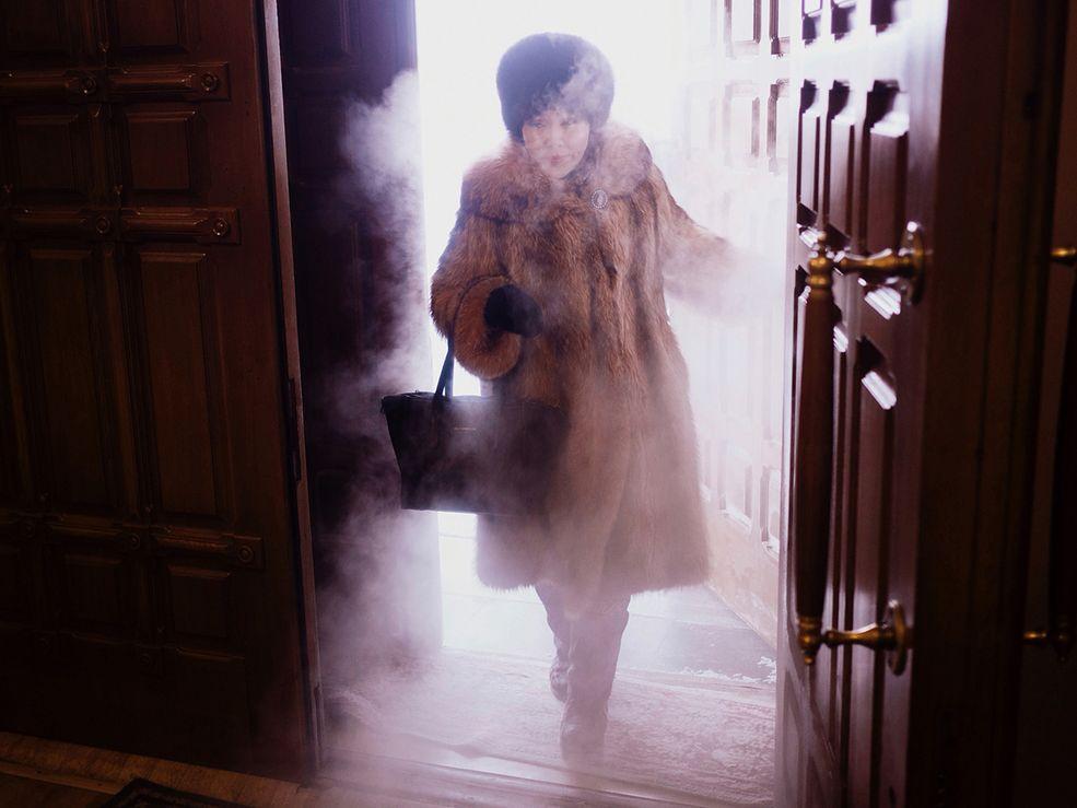 """Syberyjska wioska Ojmiakon znajduje się w sercu wschodniej Syberii i liczy 521 mieszkańców (2001). Jest nazywana biegunem zimna ze względu na rekordowo niską temperaturę zanotowaną w tym miejscu. W 1924 roku termometry wskazywały tam −71.2 °C! Do niedawna był to światowy rekord zimna w miejscowości zamieszkanej na stałe przez ludzi. W 2004 roku w osadzie Tomtor rekord został pobity o jeden stopień Celsjusza. W chwili pisania tego tekstu termometry w Ojmiakon wskazują """"zaledwie"""" -41 °C. To całkiem nieźle, bo średnia temperatura dla tego miejsca w styczniu wynosi -50 °C."""