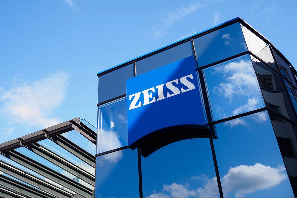 Muzeum Zeissa znajduje się w jednym z budynków głównej siedziby niemieckiej firmy w Oberkochen, niedaleko Stuttgartu.