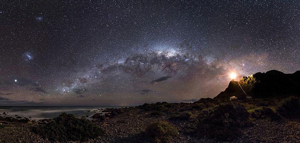 1 To już piąta edycja konkursu Astronomy Photographer of the Year Królewskiego Obserwatorium w Greenwich. Jury oceniało prace fotografów kosmosu z całego świata. Mark Gee z Australii okazał się najlepszy. Zdobył trzy nagrody, w tym główną. Pula nagród w konkursie opiewa na ponad 6 tyś. funtów. Zapraszam do kosmicznej galerii.  Grand prix i zwycięzca w kategorii: Earth and Space Zwycięskie zdjęcie powstało na Cape Palliser, przylądku Nowej Zealandii. Przedstawia mleczną drogę. Fotograf złożył je z 20 fotografii zrobionych 2 godziny przed świtem. Świt zapowiada jaśniejsze światło tuż nad horyzontem. Po prawej stronie widać latarnię morską. © Mark Gee