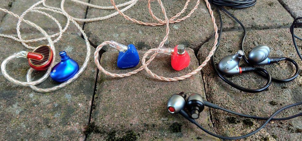 Od lewej: Simgot EN700 Pro, iBasso IT01, FiiO F9 Pro i Aune E1 (u dołu)