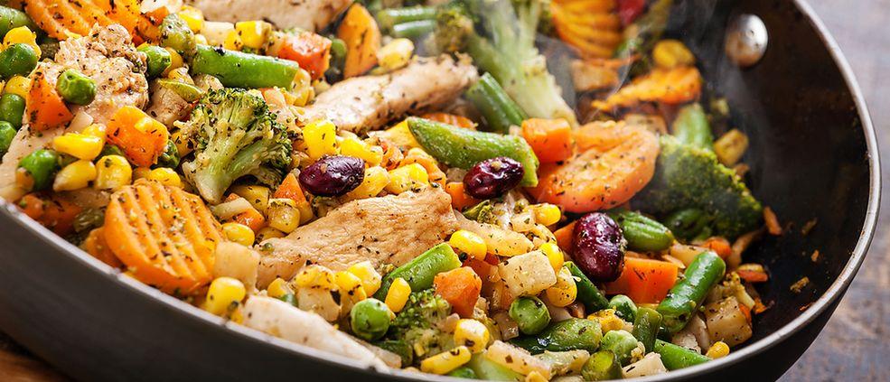Zdjęcie kurczaka z warzywami / Shutterstock
