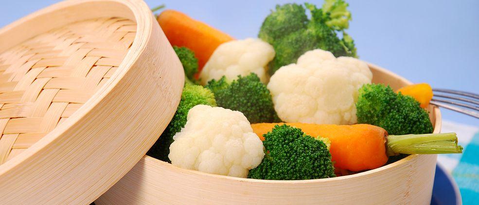 Zdjęcie warzyw na parze / Shutterstock