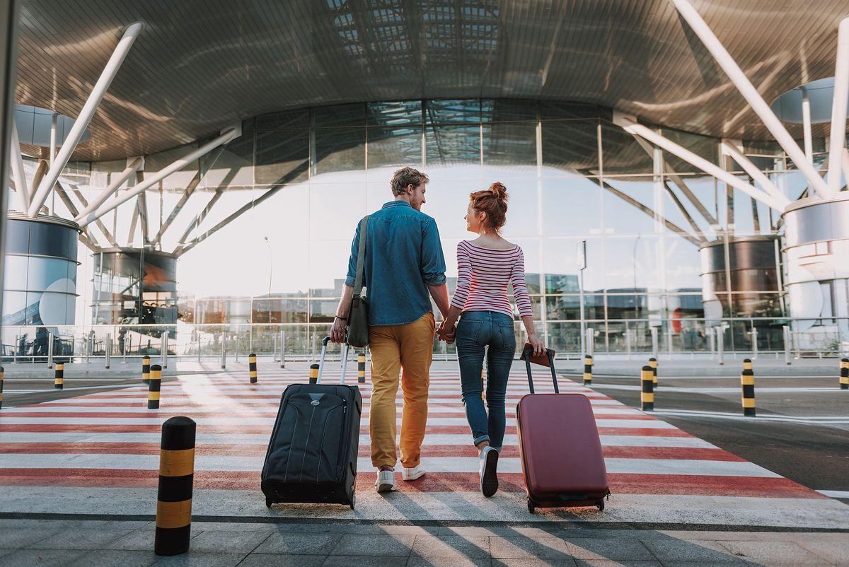 Turyści przed lotniskiem
