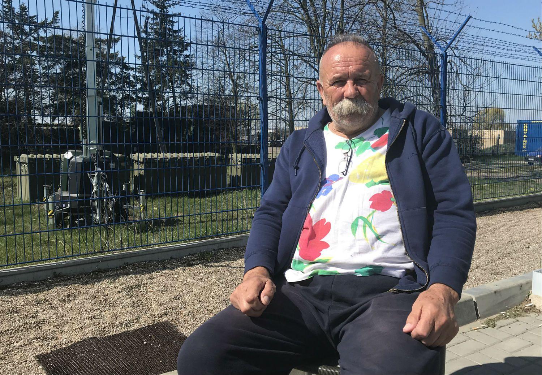 Eugeniusz Sroka, jeździ taksówką, czeka na klientów pod bazą