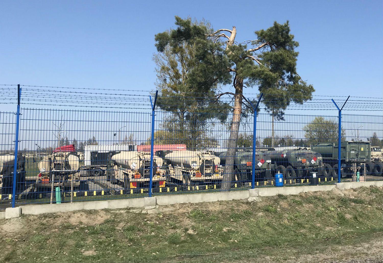 Największy parking wojskowych pojazdów zajmuje ponad 100 aut.