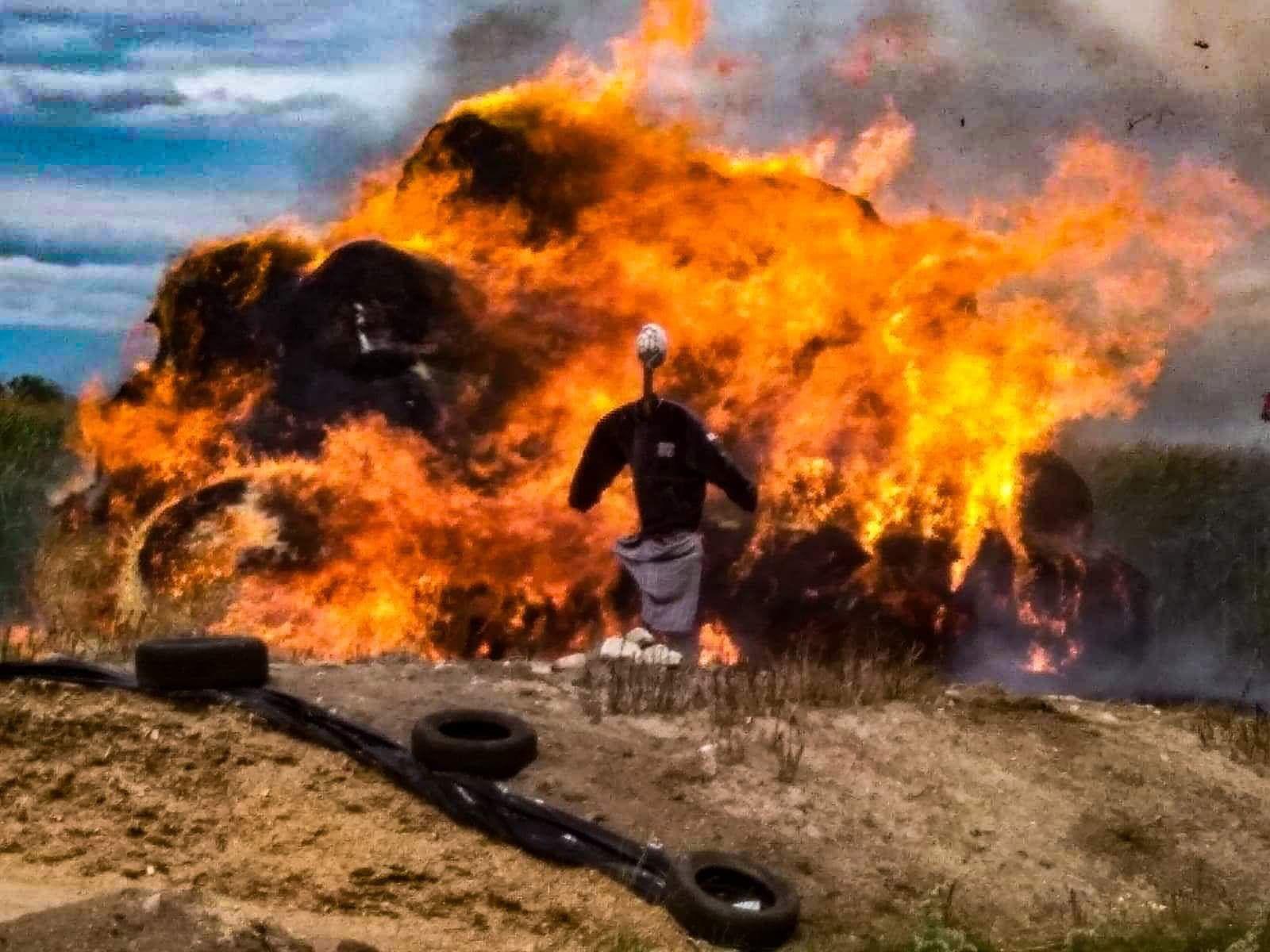 """Podlasie. Policjanci z grupy """"Speed"""" walczyli z ogniem w miejscowości Miodusy"""