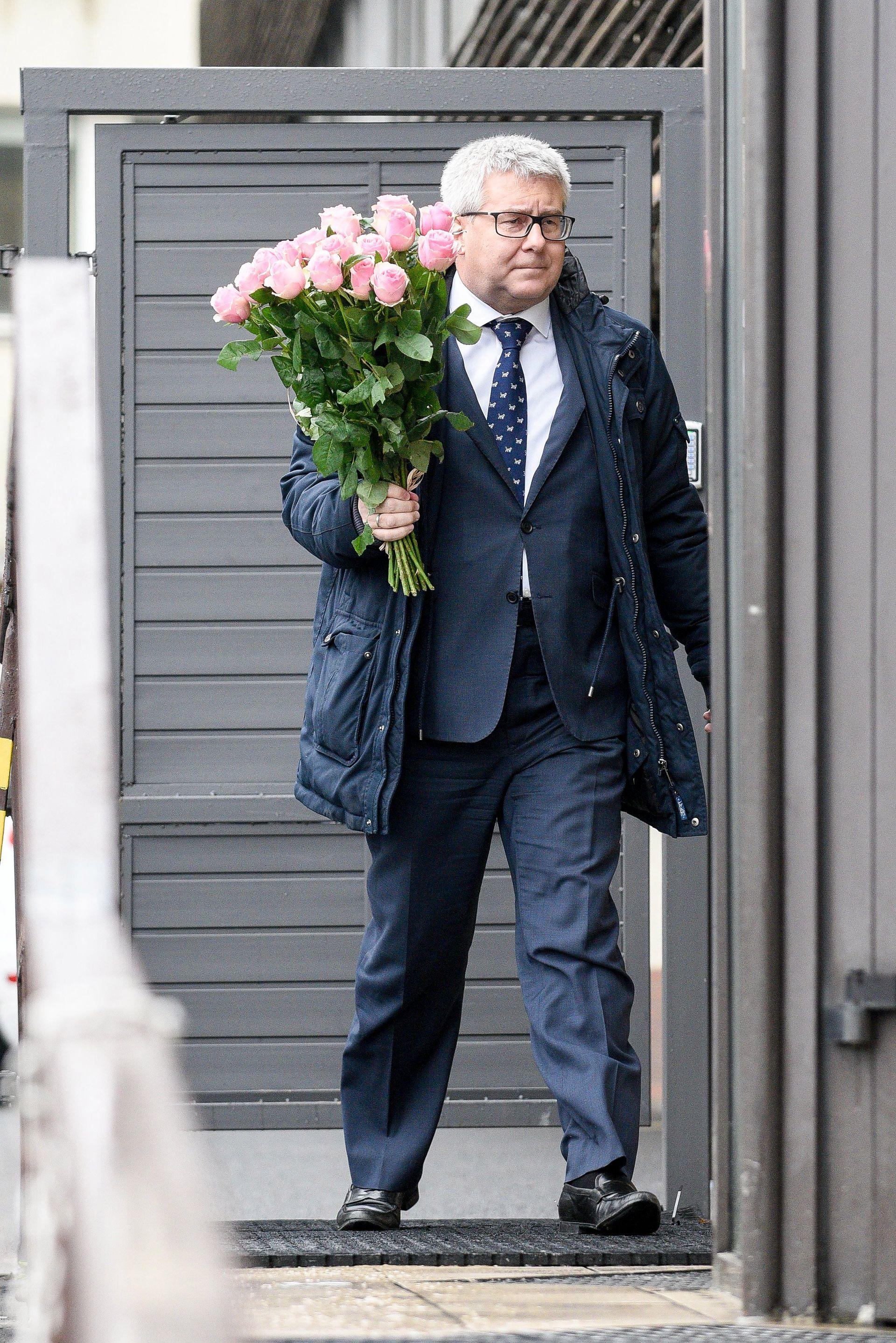 Ryszard Czarnecki z okazałym bukietem kwiatów