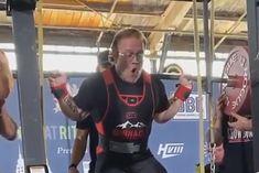 Joe Sullivan podczas bicia rekordu świata w przysiadzie (klasa 100 kg).