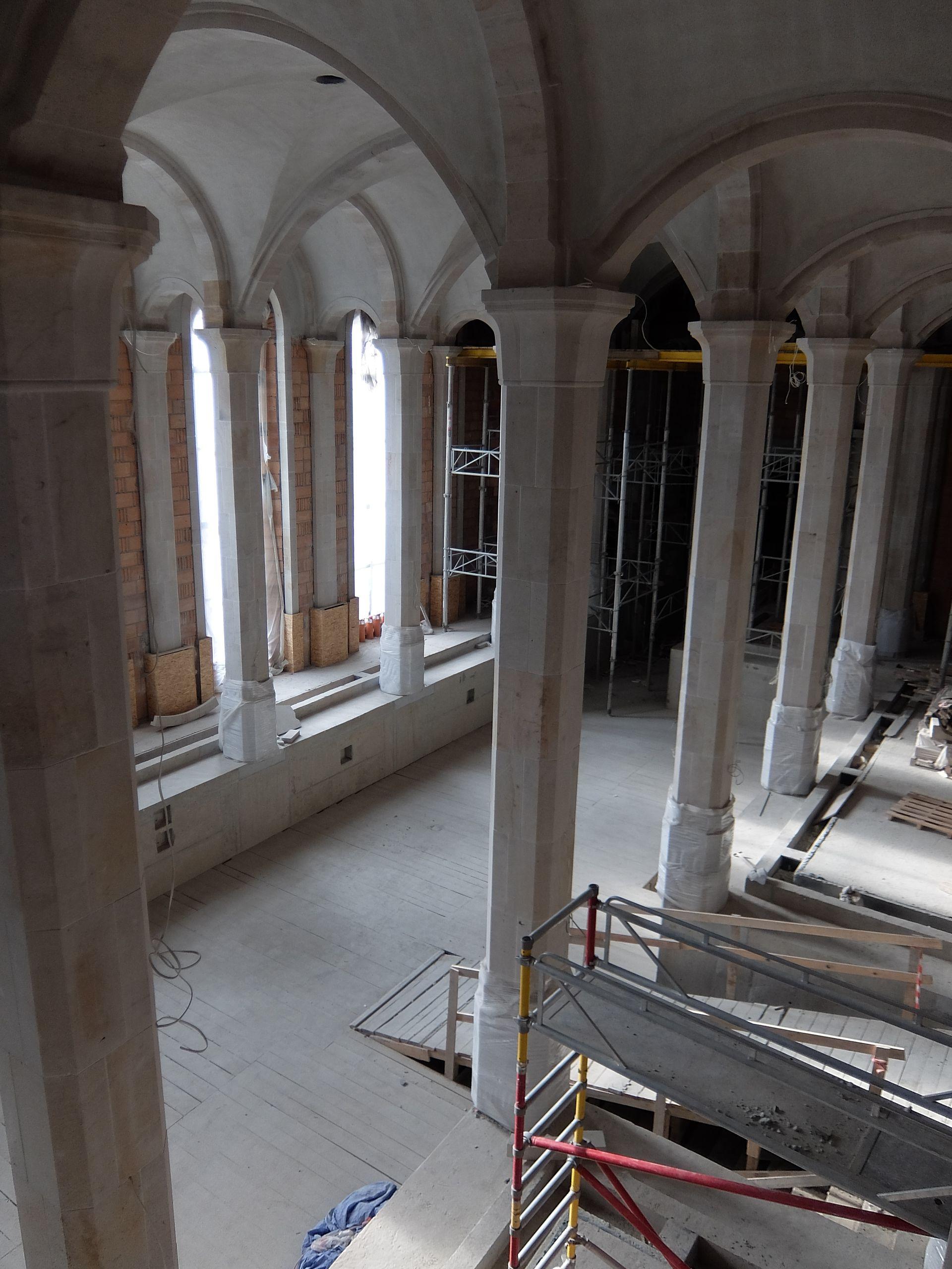 Publikujemy najnowsze zdjęcia z wnętrza kontrowersyjnej budowy zamku w Stobnicy. Ogromne przestrzenie, średniowieczna stylizacja, a w tle kontrole CBA i prokuratury.