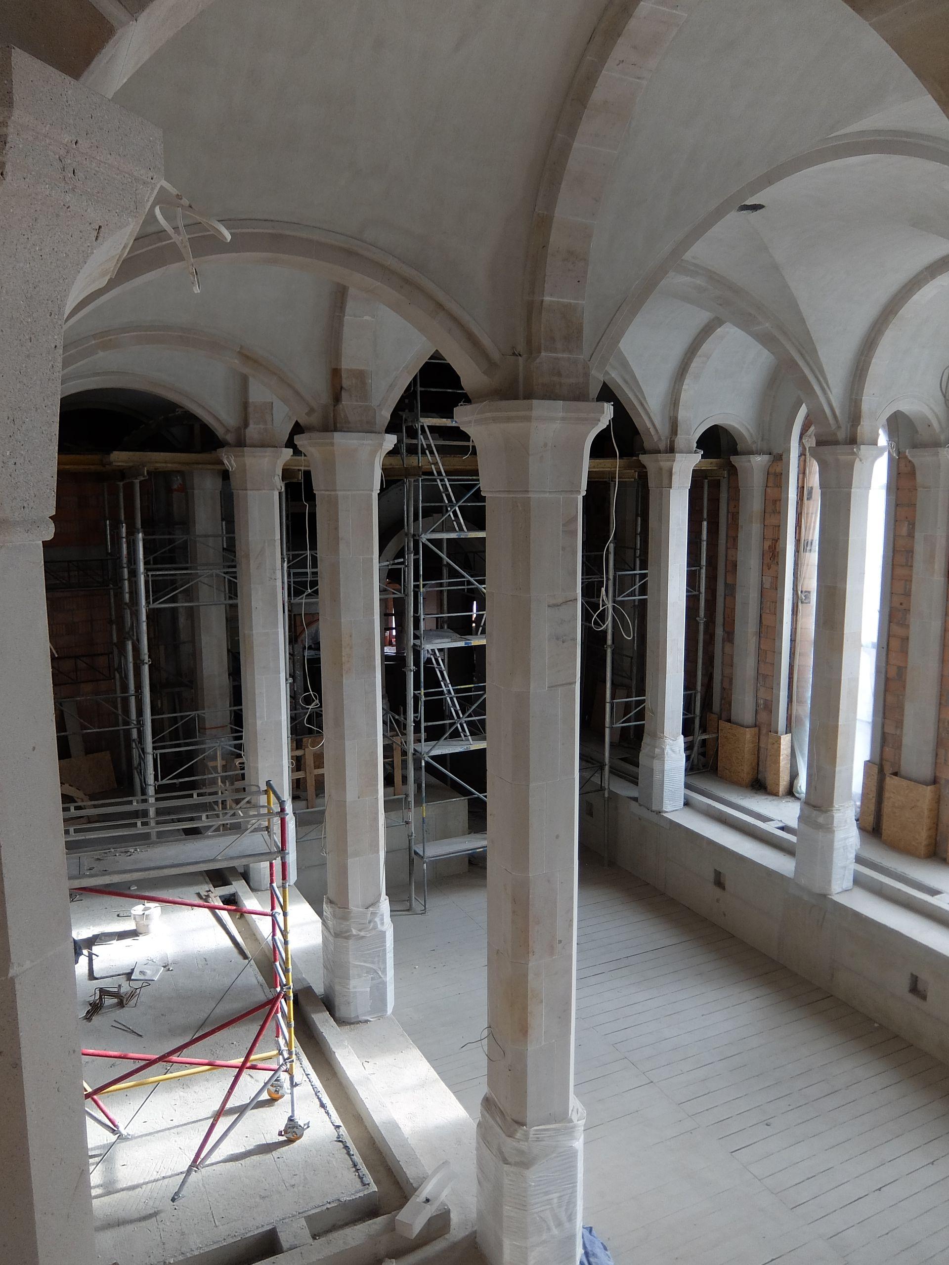 Zamek charakteryzują średniowieczne sklepienia. Taka przestrzeń będzie czekała na gości hotelu - o ile uda się go uruchomić.
