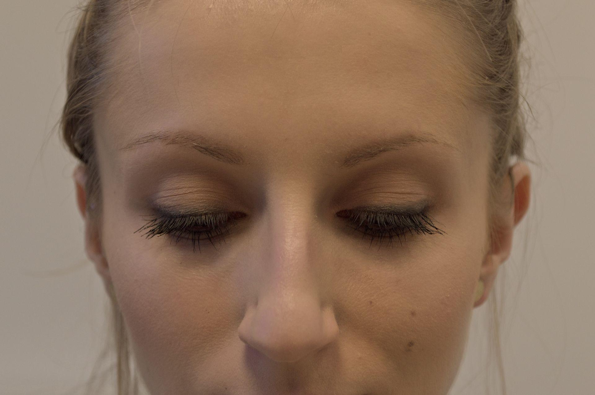 Makijaż wykonany kredką, tuszem i żelem do brwi Jusee