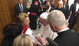Papież Franciszek ucałował dłoń polskiej ofiary księdza pedofila.