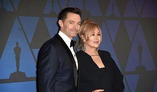 Aktor i jego starsza o 13 lat żona. Różnica wieku nikogo nie dziwi. Zamiłowanie do operacji plastycznych już tak