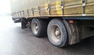 Inspektorzy ukarali kierowcę ciężarówki. Wiózł 24 tony nawozów, choć nie miał koła