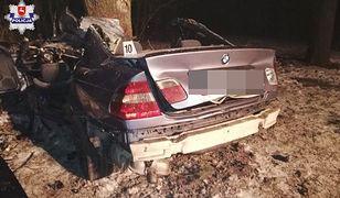 Zjechał na przeciwległy pas i uderzył w drzewo. Kierowca BMW nie przeżył