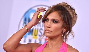 Taką Jennifer Lopez rzadko widzimy. Rozczochrana i w szlafroku