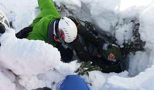 Snowboardzista wpadł do