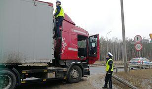 Drogówka kontroluje samochody ciężarowe. Sprawdzają, czy nie zalega lód