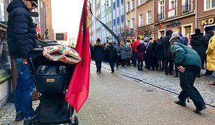 W Gdańsku brakuje flag i kirów. Pojawiły się za to naklejki z nazwiskiem Adamowicza