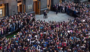 Ukraina. Tłumy przed pałacem Poroszenki.