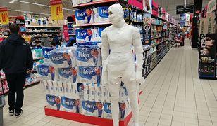 Carrefour w Szczecinie. Ktoś owinął manekina papierem toaletowym.