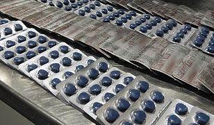 Niebieskie tabletki wylądowały u celników na Okęciu. 1,6 tys. tabletek w bagażu Hindusa