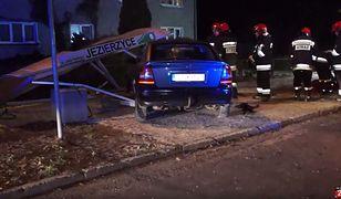 Poważny wypadek pod Słupskiem. Samochód wjechał w przystanek