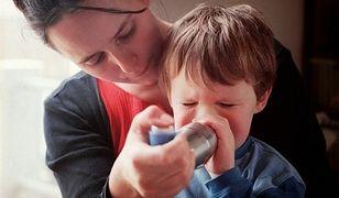 umawiać się z kimś z astmą