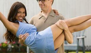Co faceci myślą o umawianiu się z młodszą dziewczyną
