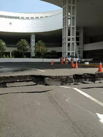 Efekty trzęsienia ziemi przed stadionem sportowym w Mieście Meksyk