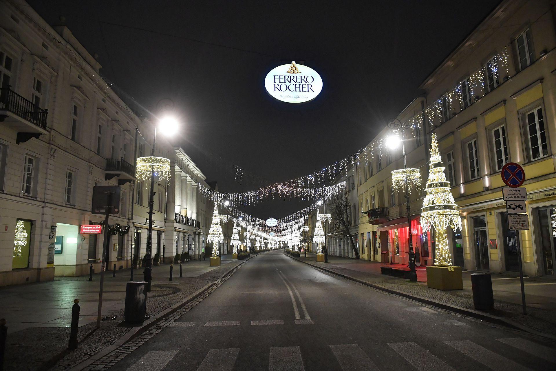 Opustoszała ulica Nowy Świat w Warszawie