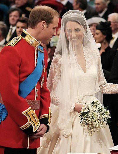 Lady Diana i Kate Middleton. diamentową aureolą pierścień podarował Kate Middleton książę William w hołdzie dla ukochanej matki.