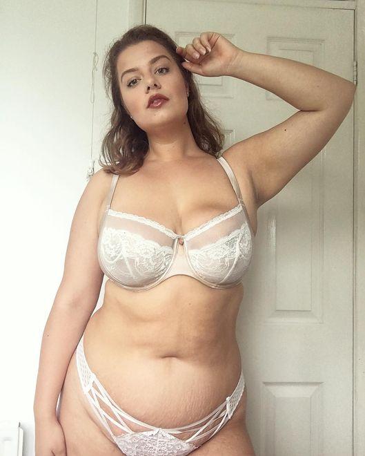 117e0b938fb28b Ma rozstępy i znaczną nadwagę. Uwielbia pozować w bieliźnie - WP Kobieta