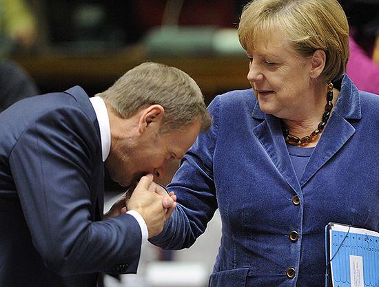Znalezione obrazy dla zapytania obrazy Tusk całuje Merkel