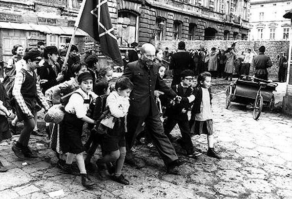 Janusz Korczak Zginął Z 200 Dziećmi W Komorze Gazowej Do