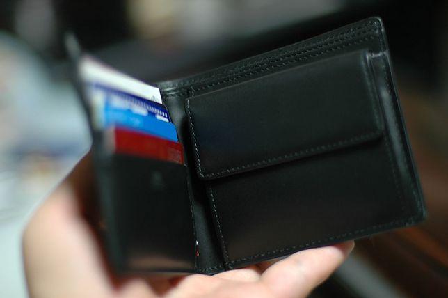 cd2ad5d539b49 Kieszeń na bilon w męskim portfelu jest praktycznym rozwiązaniem - ważne