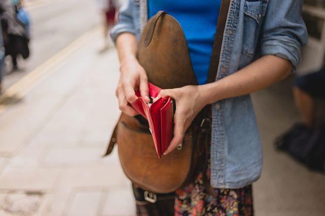 aed4c7125dbab Czerwony portfel nie zniknie nam z oczu i łatwo znajdziemy go nawet w  torebce XXL