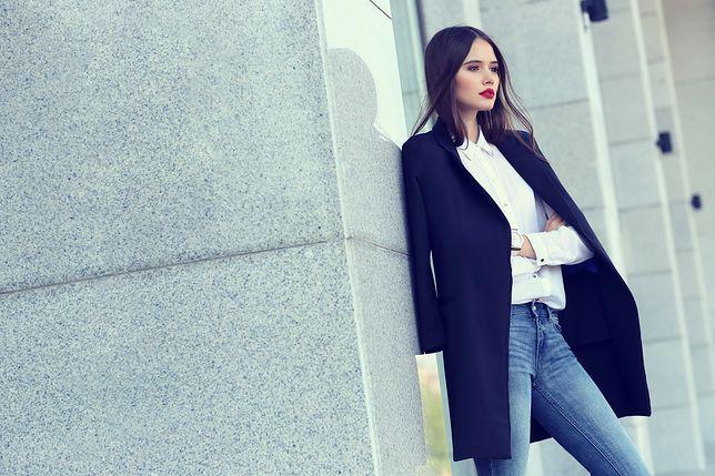 201e6fa601807 Nawet prosty zestaw z bluzką i jeansami wygląda elegancko z długim żakietem